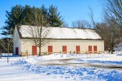 有红色门的白色谷仓 图库摄影