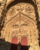 有红色门的萨拉曼卡大教堂 库存照片