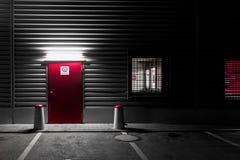有红色门的金属墙壁 库存图片