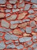 有红色静脉的花岗岩墙壁 库存图片