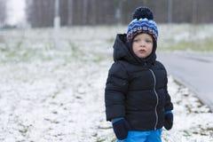 有红色面颊的逗人喜爱的小孩在霜冬天射击 复制空间 免版税库存照片