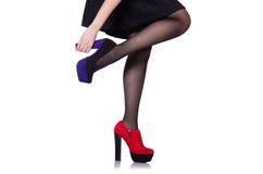 有红色鞋子的妇女腿 库存图片