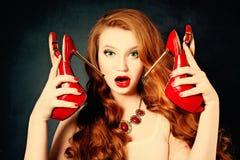 有红色鞋子的惊奇的时尚妇女 免版税图库摄影