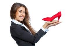 有红色鞋子的逗人喜爱的女孩 免版税库存图片