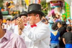 有红色领带跳舞的政治西班牙人在街道上 免版税库存图片