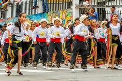 有红色领带跳舞的政治西班牙人在街道上 免版税库存照片