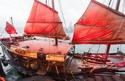 有红色风帆的破烂物小船,香港 库存照片