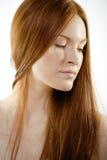 有红色飞行头发的秀丽少妇 免版税图库摄影