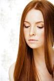 有红色飞行头发的,滑稽的姜fr秀丽年轻红头发人妇女 库存图片