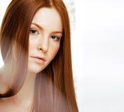 有红色飞行头发的,滑稽的姜fr秀丽年轻红头发人妇女 免版税库存照片