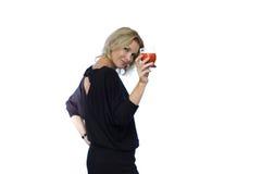有红色饮料的可爱的妇女 免版税库存照片