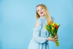 有红色黄色郁金香束的俏丽的妇女 图库摄影
