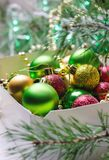 有红色,金黄和绿色圣诞节球的箱子 抽象空白背景圣诞节黑暗的装饰设计模式红色的星形 免版税图库摄影