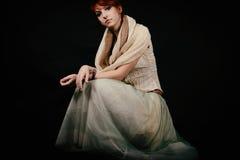 有红色头发和太阳镜的异常的妇女演播室 免版税图库摄影