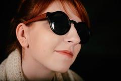 有红色头发和太阳镜的异常的妇女演播室 库存图片