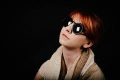 有红色头发和太阳镜的异常的妇女演播室 免版税库存图片