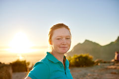 有红色头发和雀斑的女学生在自然远足 库存图片