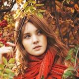 有红色头发和围巾的妇女 免版税图库摄影