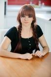 有红色头发的反叛少年女孩在家 库存照片