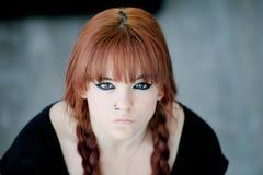 有红色头发的反叛少年女孩 库存照片