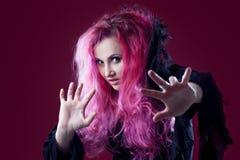 有红色头发的可怕巫婆执行魔术 万圣节 图库摄影