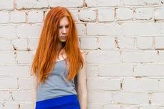 有红色头发的哀伤的女孩 库存图片