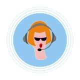 有红色头发的女孩在黑玻璃,与有话筒的耳机 平的象具体化 库存图片