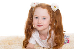 有红色头发的小美丽的女孩 免版税图库摄影