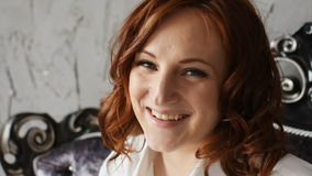 有红色头发的快乐的怀孕的少妇 看照相机和笑 慢的行动 股票视频