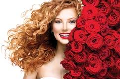 有红色头发的时装模特儿女孩 免版税库存图片