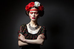 有红色嘴唇和花的美丽的女孩 图库摄影