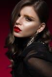 有红色嘴唇和金黄眼眉的,在好莱坞样式的卷毛美丽的女孩 秀丽表面 免版税库存图片
