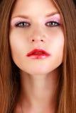有红色嘴唇和钉子的性感的秀丽女孩 免版税库存图片