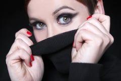 有红色嘴唇和黑套头衫的少妇 库存图片