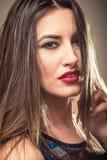 有红色嘴唇特写镜头的肉欲的妇女 免版税库存图片
