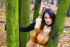 有红色嘴唇的女孩在森林里 库存照片