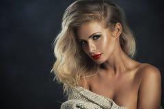 有红色嘴唇的性感的严格的妇女 库存图片