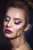 有红色嘴唇的性感的秀丽女孩 诱惑组成 华美的妇女面孔 免版税库存图片