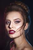 有红色嘴唇的性感的秀丽女孩 诱惑组成 华美的妇女面孔 免版税库存照片