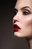 有红色嘴唇的美丽的妇女 库存照片