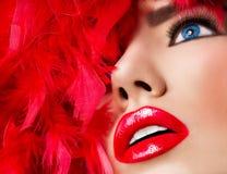 有红色嘴唇的美丽的白肤金发的女孩 免版税库存图片