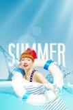 有红色嘴唇的美丽的逗人喜爱的乐观正面少妇微笑游泳在海在夏天期间在度假 免版税库存照片