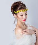 有红色嘴唇的美丽的年轻性感的端庄的妇女,有黄色玫瑰花圈的美丽的头发在头的有露出的肩膀的 免版税库存图片