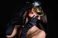有威尼斯式化妆舞会面具的闷热妇女 免版税库存图片