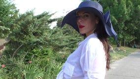 有红色嘴唇的年轻和美丽的妇女 股票录像