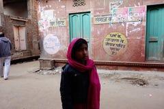 有红色围巾印度街的女孩 免版税图库摄影