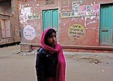 有红色围巾印度街的女孩 库存图片