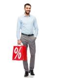 有红色购物袋的微笑的人 库存图片