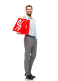 有红色购物袋的微笑的人 库存照片