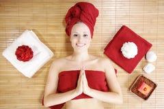有红色deco的美丽的白肤金发的wellnes妇女 免版税库存照片